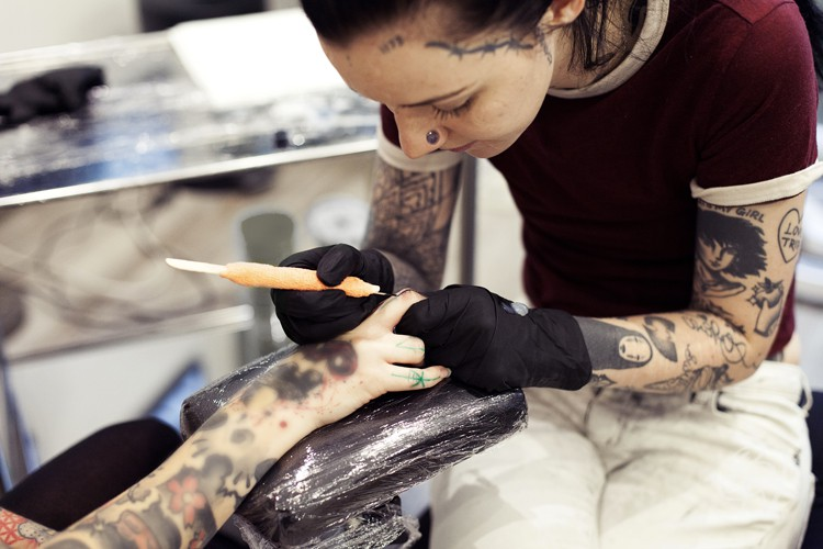 bleu-noir-paris-tattoo-art-shop-grace-neutral-guest-5